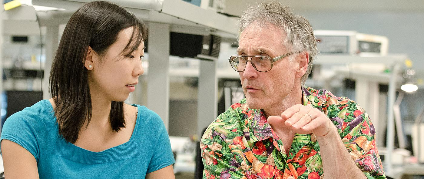 Bruce Land works with a student in lab